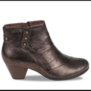 Earth brand Metallic leather bootie size 8B. New.